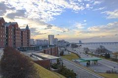 Stadslandskap, flodinvallning och byggnader Arkivfoton