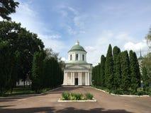 Stadslandskap med den stora kyrkan i grekisk stil i Nizhyn, Ukraina arkivfoton