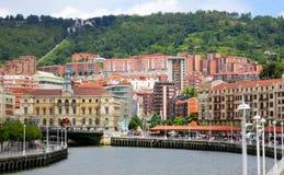 Stadslandskap med floden och bron, Bilbao, Spanien Royaltyfri Foto