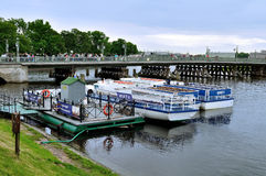 Stadslandskap med nöjefartyg som står på pir av den Neva floden i St Petersburg, Ryssland Royaltyfria Foton