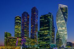 Stadslandskap, nattsikt på internationell affärsmitt för Moskva royaltyfria foton