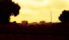 Stadslandskap på solnedgången från ett avstånd royaltyfria bilder