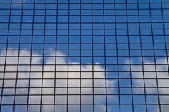 Stadslandskapet - beskåda underifrån på glass skyskrapor med reflekterad himmel i fönstren Fotografering för Bildbyråer