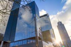 Stadslandskapet, soluppgång - beskåda underifrån på glass skyskrapor med reflekterad himmel i fönstren Arkivfoton
