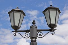 Stadslantaarn tegen de hemel Royalty-vrije Stock Fotografie