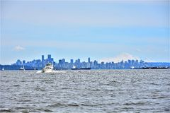 Stadslijn, witte berg op een zonnige dag met een blauwe hemel Stock Afbeelding