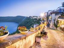 Stadsliv i Castel Gandolfo, pope& x27; s-sommaruppehåll, Italien Royaltyfri Bild