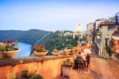Stadsliv i Castel Gandolfo, pope& x27; s-sommaruppehåll, Italien Arkivbilder