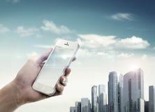 Stadsliv med smartphonen Arkivfoto