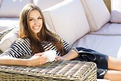 Stadslivsstilkvinna som använder smartphonen på kafét royaltyfri foto
