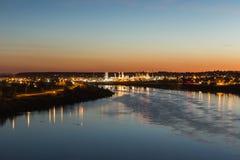 Stadsljus över Missouriet River Royaltyfri Bild