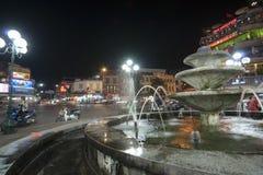 Stadsljus och springbrunn. Arkivbild