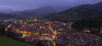 Stadsljus på natten med bergbakgrund Royaltyfri Foto