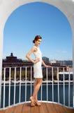 Stadsmeisje op balkony Stock Foto
