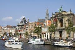 Stadsmening Haarlem, rivier Spaarne, Museum Teylers stock afbeelding