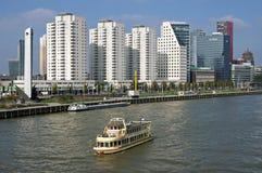 Stadsmening Rotterdam met wolkenkrabbers en rivier Royalty-vrije Stock Foto's