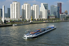 Stadsmening Rotterdam, wolkenkrabbers en rivierverkeer Royalty-vrije Stock Foto's