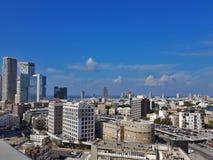 Stadsmening van Centraal deel van Tel Aviv - oude gebouwen, wolkenkrabbers, parkeren en Middellandse Zee israël stock foto