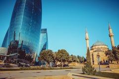 Stadsmening van de hoofdstad van Azerbeidzjan - Baku Beroemde Vlamtorens, moskee en kabelpost Martelaarschapmoskee royalty-vrije stock afbeelding