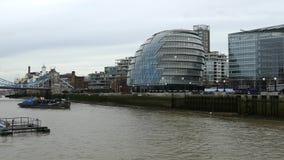 Stadsmening van Londen over rivier Theems met Torenbrug stock footage