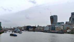 Stadsmening van Londen over rivier Theems van Torenbrug stock video