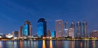 Stadsmeningen en meerpark in Bangkok Thailand Royalty-vrije Stock Foto's