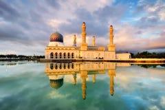 Sväva moské i Kota Kinabalu Arkivbild