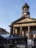 Stadsmuseet med bönder marknadsför framme i Lancaster England arkivbild