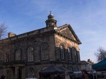Stadsmuseet med bönder marknadsför framme i Lancaster England royaltyfria bilder