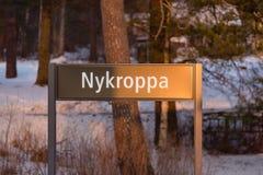 Stadsnamn Nykroppa på ett bräde nära järnvägsstation Arkivbild