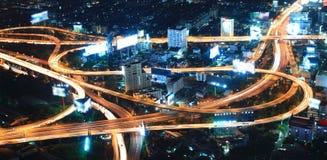 Stadsnatt med huvudvägen Arkivfoto