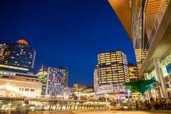 Stadsnatt som ses från Vancouver Convention Center på gryning Arkivbild