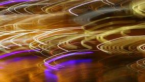 Stadsneonljus, långt exponeringsljus spårar, nattdiskopartiet stock video