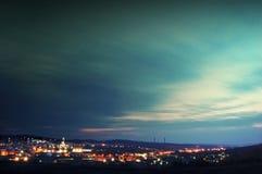 stadsoklarheter som flyttar sig över skyen royaltyfri foto