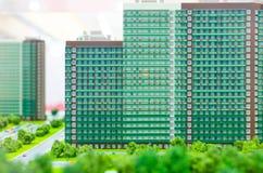 Stadsorientering Delen av staden med huset, gatan, bil modellerar Arkivfoton