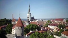 Stadspanorama från ett observationsdäck av gamla stadsgrova spikar av kyrkor och forntida torn tallinn estonia arkivfilmer