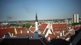 Stadspanorama från ett observationsdäck av gamla stadsgrova spikar av kyrkor och forntida torn tallinn estonia stock video