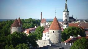Stadspanorama från ett observationsdäck av gamla stadsgrova spikar av kyrkor och forntida torn tallinn estonia lager videofilmer