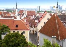 Stadspanorama från ett observationsdäck av gamla tak för stads` s tallinn estonia Royaltyfri Bild