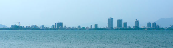 Stadspanorama från havet. Vietnam. Nha Trang. royaltyfri fotografi