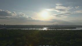 Stadspanorama i soluppgången arkivfilmer