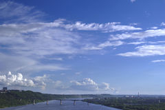 Stadspanorama med moln Royaltyfria Bilder