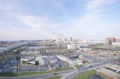 Stadspanorama van Cincinnati, OH van Covington, KY wordt bekeken dat Stock Foto's