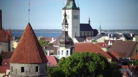 Stadspanorama van een observatiedek van Oude stadsaren van kerken en oude torens tallinn Estland stock videobeelden