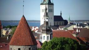 Stadspanorama van een observatiedek van Oude stadsaren van kerken en oude torens tallinn Estland stock footage