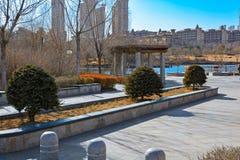 Stadspark met een vijver in China Stock Afbeeldingen
