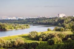 Stadspark met rivier Stock Afbeeldingen