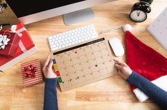Stadsplanerare för affärskvinnainnehavkalender i julferie royaltyfria foton