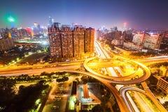 Stadsplanskild korsningväg på natten Royaltyfria Bilder