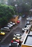 Stadsplats i en regnig dag Arkivbild